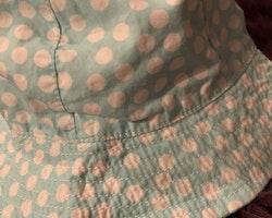 Ljusblå solhatt med vita prickar och knytband från HM stl 80