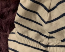 Vit mjuk solhatt / mössa med mörkblå ränder från Lindex stl 56