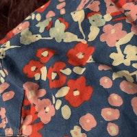 Blå sjal / schalett med blommönster i rosa, rött, ljusblått och vitt stl 2-3 år