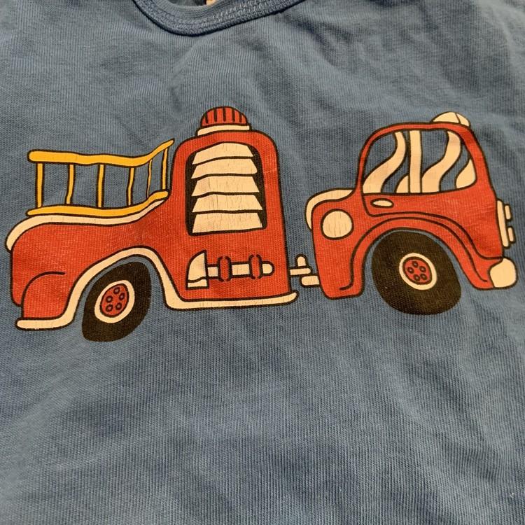 3 delat paket med blå ribbad tröja, blå t-shirt med brandbil och vita ribbade leggings från PoP stl 62
