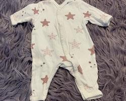 Vit pyjamas med gammelrosa stjärnor med olika mönster från Newbie stl 50