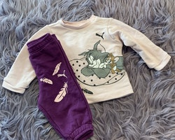 Collegeset i ljusrosa och lila med Tom & Jerry tryck från Puma stl 62