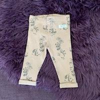Ljusrosa ribbade leggings med grått pandamönster från Newbie stl 62