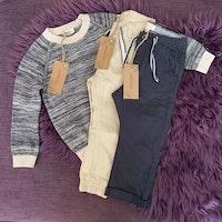 3 delat paket med en stickad tröja och två finbyxor från Newbie stl 92