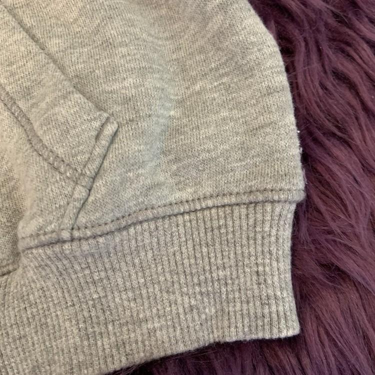 Gråmelerad och lila collegetröja med huva, dragkedja och fickor med matchande byxor samt napphållare från Converse stl 12 m