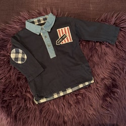 Blå tröja med krage, tygapplikationer och ryggtryck samt ett par 501:or från Levis stl 80-92