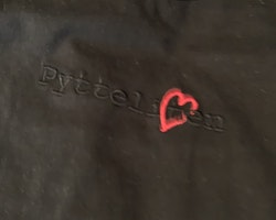 Vita byxor med röda hjärtan och en svart t-shirt med broderad text från Lundmyr of Sweden stl 6-12 mån