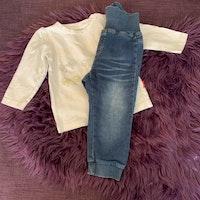 Vit tröja med rosettryck i aprikos, guld och silver samt ett par byxor i jeanslook från Name it stl 80