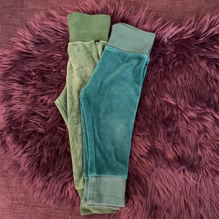 Två par velourbyxor i grönt och turkos från Lindex stl 80