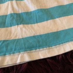 Ljusblå och vit randig kortärmad topp med rosa kantband från Fix stl 80