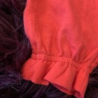 Korallröda byxor med volanger och fickor från HM stl 80