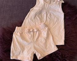 Ljusrosa linne och shorts med rosetter från La Redoute stl 74-80