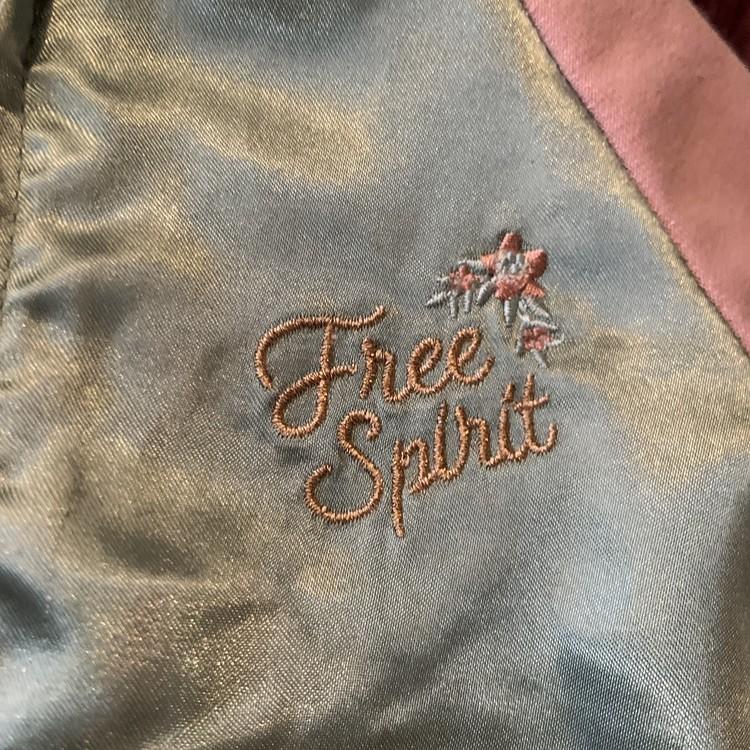 Vårjacka / tröja i grön satin och rosa collegetyg med broderi fram och bak från Kappahl stl 74