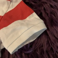 Röd och vit bredrandig piké med litet broderat ankare från HM stl 80