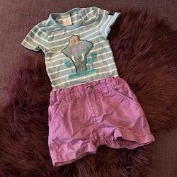 Blå och vit randig kortärmad body med elefantapplikation och ett par lila matchande shorts från PoP stl 74