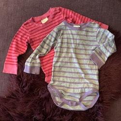 Två randiga bodies i grått/lila och rosa/rött från Kaxs stl 80