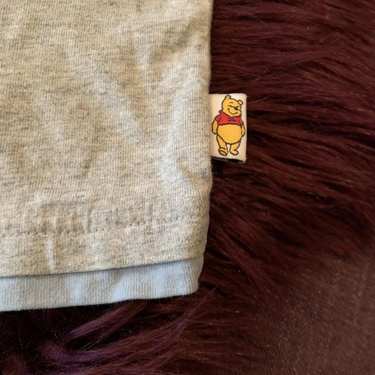 Gråmelerad t-shirt med ljusblå och vita detaljer och Nalle Puh tryck, applikationer mm från Disney Store stl 12 mån