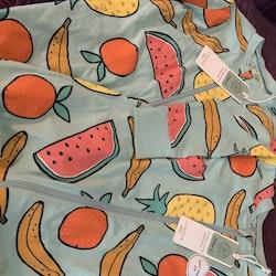 Två ljusblå pyjamaser med färgglada frukter från Lindex stl 74