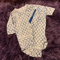 Gräddvit body och byxor med blått mönster och text bestående av stjärnnamn från Mini Rodini stl 56/62