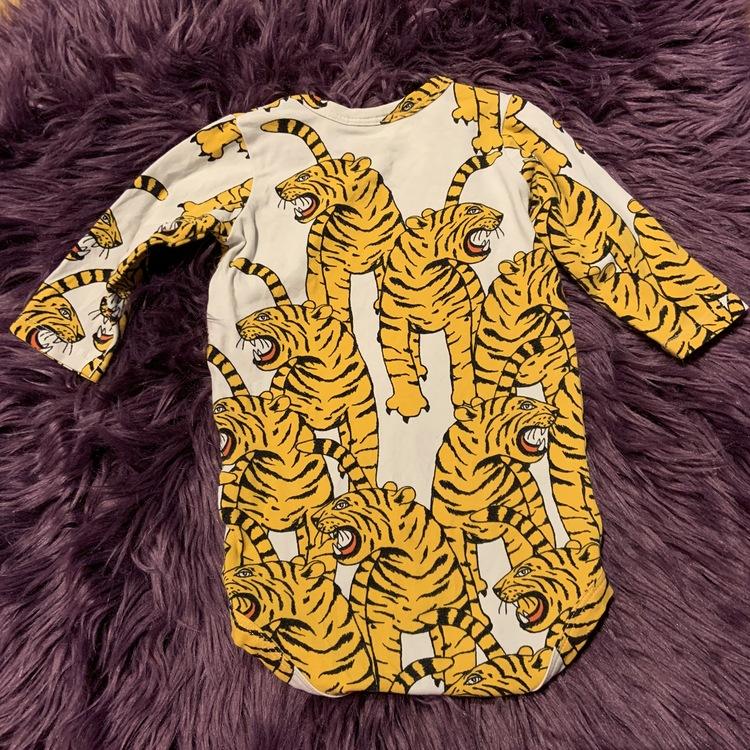 Vit body med gula och svarta bengaliska tigrar från Mini Rodini stl 56/62