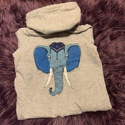 Gråmelerad jumpsuit med blå elefantapplikation på ryggen från Mini Rodini stl 56/62