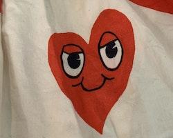 Beige klänning med röda glada hjärtan från Mini Rodini stl 80/86