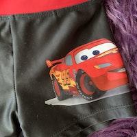 Svarta och röda badbyxor med motiv från Cars från Lindex stl 98/104