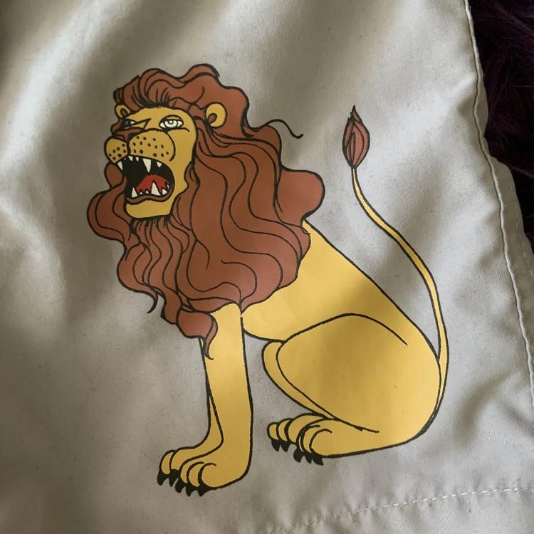 Beigea badbyxor med lejontryck från Mini Rodini stl 92/98