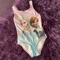 Ljusrosa baddräkt med Frostfigurerna Elsa och Anna från HM stl 98/104