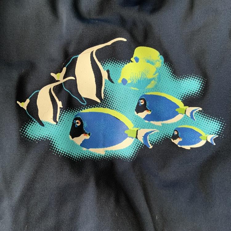 Mörkblå och blå uvtröja med fisktryck och mörkblå uv-shorts från Kappahl stl 86/92