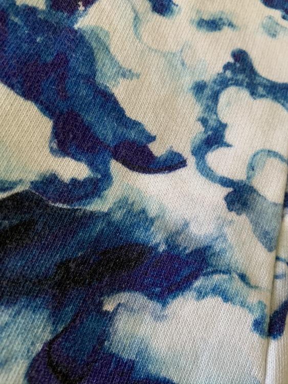 Molnmönstrad jumpsuit i olika blå nyanser från Mini Rodini stl 68/74
