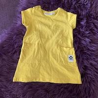 Gul kortärmad klänning med fickor från Mini Rodini stl 68/74