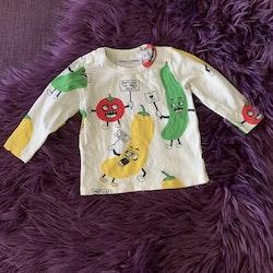 Off-white tröja med färgglada grönsaker från Mini Rodini stl 56/62