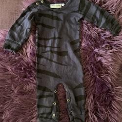 Mörklila och svart tigerrandig jumpsuit från Mini Rodini stl 56/62
