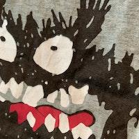 Gråmelerad t-shirt med ett svart monstertryck fram och bak från XMax stl 110/116