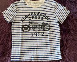 Vit- och blårandig t-shirt med svart motorcykel- och texttryck från HM stl 110/116
