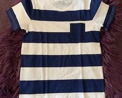 Mörkblå- och vitrandig t-shirt från Lindex stl 110/116