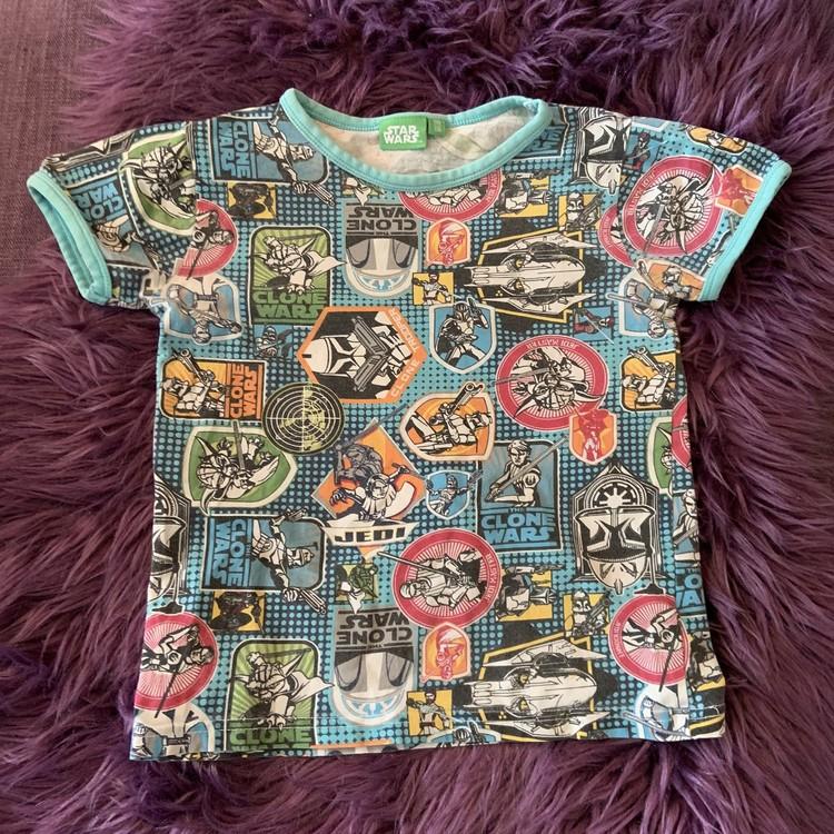 Ljusblå t-shirt med färgglatt Star Wars mönster från Lindex stl 110/116
