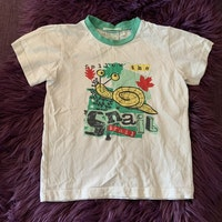 Två t-shirts i vitt och mintgrönt med insektstryck från D&J stl 110