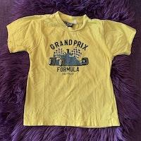 Gul t-shirt med svart biltryck från Opal stl 110