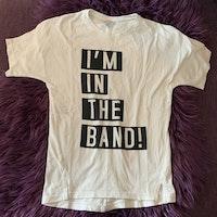 Vit t-shirt med svart och vitt texttryck från Lindex stl 110/116