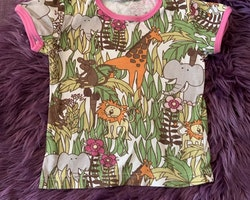Vit t-shirt med rosa kantband och färgglatt djungelmotiv från Lindex stl 110