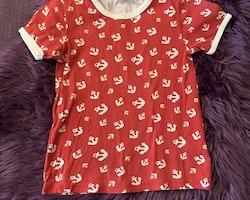 Röd t-shirt med vitt kantband och ankare från Lindex stl 116