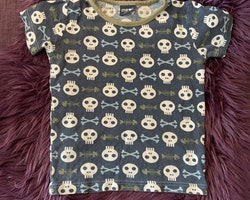 Blåmelerad t-shirt med kakifärgad halslinning och fiskskelett samt vita dödskallar och ljusblå ben från Me and i stl 110/116
