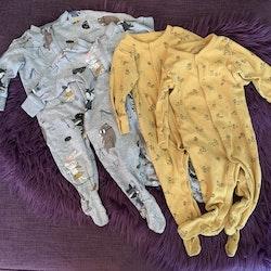 4 delat paket med två gula pyjamaser med svart djurmönster och två grå pyjamaser med färgglatt djurtryck från Lindex stl 62