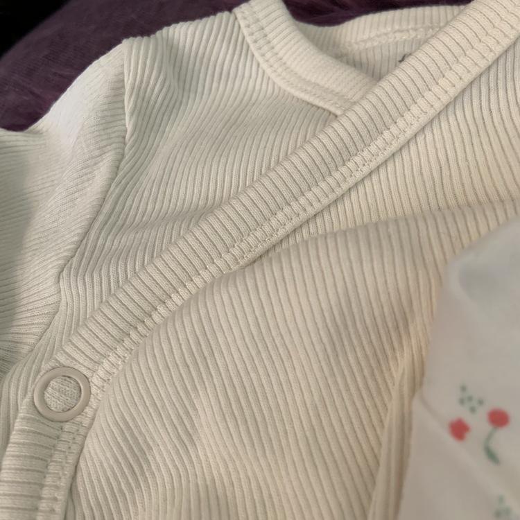 3 delat paket med vita bodies med och utan mönster från HM stl