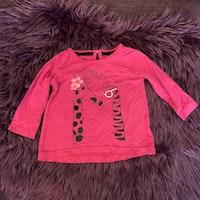 Mörkrosa tröja med mestadels svart giraff- och texttryck från Cool Kid stl 62