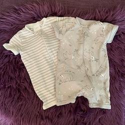 Set med gråvita pyjamaser, en randig och en med sengångare från Kappahl stl 50/56