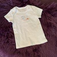 Vit t-shirt med litet rymdtryck i ljusblått och orange från Petits amis stl 74-80