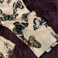 Ljusrosa jumpsuit med fjärilar i flera färger från HM stl 74